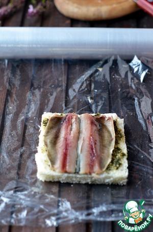 Bread put the fillet sardines.
