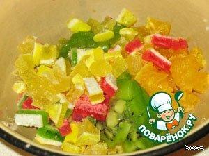 Нарезать фрукты и мармелад.