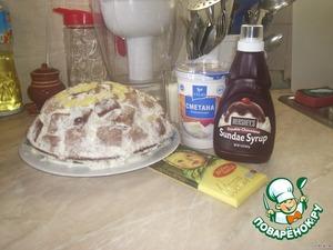Я делала вечером, и густой сметаны у меня не было, поэтому я поставила собранный торт в холодильник, предварительно накрыв пищевой пленкой. На следующий день я доделала крем уже из 42% сметаны и украсила торт