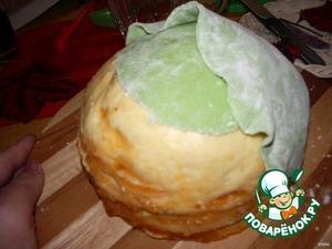 Зефир растапливаем в микроволновке, добавляем сах. пудру сколько возьмет мастика. Вымешиваем.Добавляем пищевой зеленый краситель. Ну а дальше начинаем раскатывать мастику, вырезаем капустные листья и создаем кочанчик.