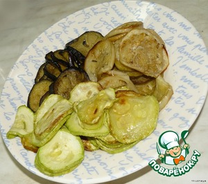 While the polenta is set, eggplant and zucchini cut into slices thickness of about 5 mm. Protiven grease with vegetable oil, put in chopped vegetables and bake.