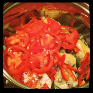 В кастрюлю укладывать повторяющимися слоями: картошка-->фасоль--> картошка-->лук-->пер ец-->помидоры-->лук- ->баклажаны и т. д.
