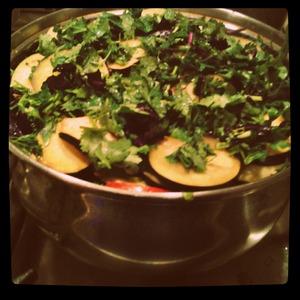 Каждый слой солить, перчить, посыпать зеленью, слегка поливать растительным маслом. Влить немного воды, закрыть крышкой и тушить 30 минут.