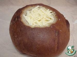 Посыпать сверху тертым сыром, накрыть хлебной крышечкой и отправить в духовку минут на 20. (Противень смазать растительным маслом.)