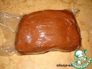 Растереть сл. масло с сахаром, добавить яйцо, ванилин и перемешать. Вмешать какао, соль, муку (начните с 2 ст. и добавляйте еще 1/2 ст. по необходимости), разрыхлитель и вымесить тесто. Положить тесто в холодильник на 1 час.