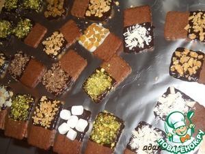 Покрыть печенье белым и темным шоколадом. Растопить белый шоколад и обмакнуть половинку печенья (обмакнуть только лицевую часть печенья). Сразу присыпать миндалем, фисташками и т. д. Точно также поступить и с темным шоколадом. Дать печенью подсохнуть.
