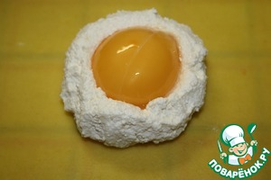 Now take 1 tbsp of the filling, put the sheet of dough, make the filling hole, into the hole put the yolk.