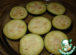 Eggplant cut into slices, salt well and pour boiling water for half an hour.