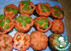 На доску для замораживания выкладываем баклажан, давленый чеснок, помидор. Слегка посолить.