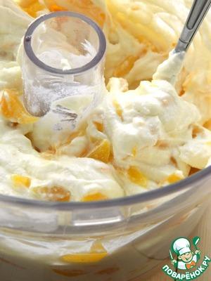 Творог, сахар, соль, апельсиновый сок перемешать с помощью блендера.   Добавить персики и цедру, перемешать.