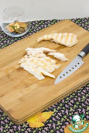 Курицу нарезать соломкой. Слегка посолить.    До конца приготовления салата курицу накрывайте пленкой.