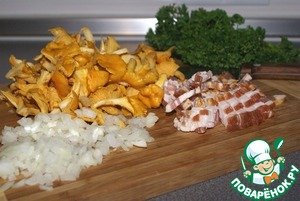Chop the bacon cubes, chop the onion.  Washed chanterelles coarsely chop the small mushrooms leave whole. They will be well felt in the finished dish, and will also make it beautiful.