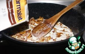 Pour the contents of saucepan cream