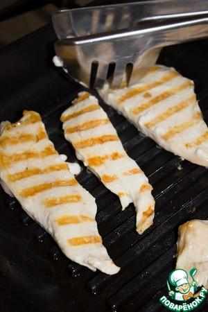 Грудки нарезать на пластины толщиной 1, 5 см и обжарить на гриле с двух сторон минут по 7-8.   Выложить в блюдо и затем накрыть пленкой.