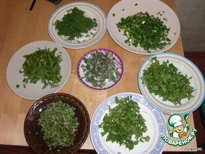 Зелень мелко нарезать.    Внимание! Всю зелень, кроме майорана и орегано, берем по 1 пучку.   Майоран и орегано - по 1 ст. л., иначе вкус будет слишком пряный.