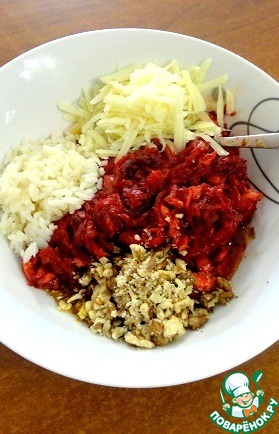 In vegetable oil saute onions, add carrots and beets.  After 5 minutes, add pepper, chopped garlic, tomato paste, the contents of the eggplant and zucchini. Let it sit for another 5 minutes.  Give the prepared filling to cool, add the nuts, cheese, spices, rice, fresh herbs, finely chopped.