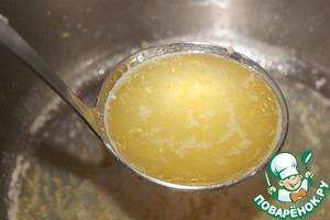 Яйца взбить венчиком с 60 г сахара.   В кастрюльку с толстым дном поместить лимонный сок, цедру и сахар 60 г. Нагреть до кипения. Отобрать третью часть смеси.