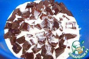 Замочить желатин в холодной воде для набухания.   Шоколад 270 г порубить на мелкие кусочки. Нагреть сливки 100 мл (оставить 3 ст. л.) почти до кипения и залить ими шоколад. Оставить на 2 минуты.