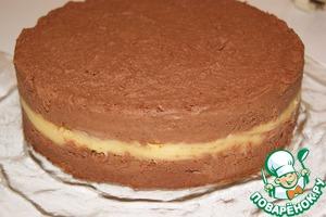 Для того чтобы украсить торт, разморозьте его на средней полке холодильника, если выделятся капельки влаги, аккуратно промокните бумажным кухонным полотенцем.    Подрезать края и освободить торт от формы.