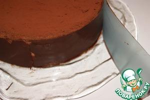 Приложить ленту к бокам торта и поставить на пару минут в холодильник. Аккуратно снять ленту с застывшего шоколада. Поместить торт в холодильник.
