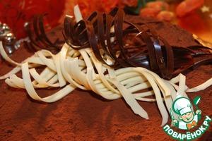 Посыпать верх торта какао.   Осторожно освободить, я делаю это прямо над тортом, спиральки от ленты.