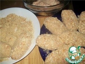 Размять руками хлеб в молоке до однородной каши, перелить все в миску к куриному фаршу. Все хорошенько перемешать и еще раз пропустить через мясорубку. После этого посолить и добавить размягченное сливочное масло (но не растопленное!). Еще раз хорошенько вымешать и убрать в холодильник.       Тем временем перемолоть хлебные корки в блендере в крошку и смешать с панировочными сухарями.    Сформировать котлетки, обвалять в панировке.