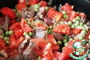 Fry chopped onion, add the pieces of beef, green peas, sliced tomatoes.