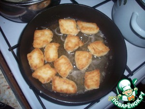 The resulting pieces fry in oil until Golden brown.