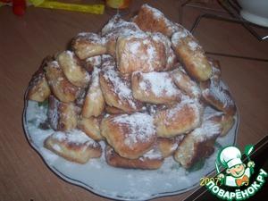 Ready syrnichki spread on a dish and sprinkle with powdered sugar. Bon APPETIT!