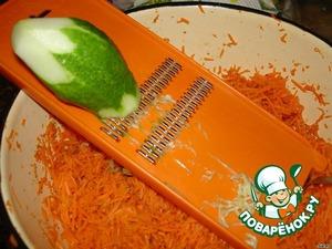 Пока жарится лук, натереть на терке огурец, на такой же что и терли морковь.