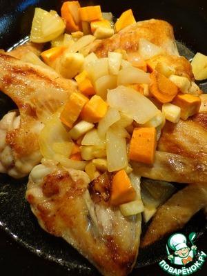Возвращаем овощи на сковородку, наливаем полстакана или чуть больше воды.