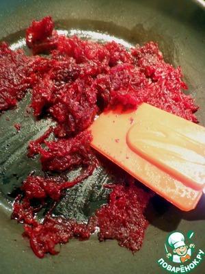 Для украшения быстро обжариваем свеклу с добавлением соли, сахара и бальзамического уксуса. Всего по чуть-чуть, ориентируясь на свой вкус.