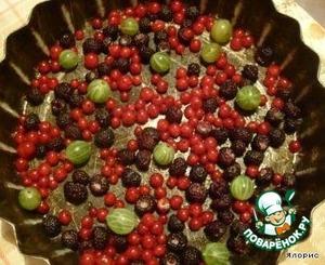 Смазываем маслом формочку, на дно кладем ягодки - смородину, ежевику и крыжовник (или любые другие, какие есть на данный момент в доме).