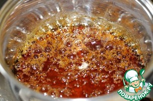 Leave to simmer on a low heat (not need to interfere) until the mixture acquires a caramel taste.