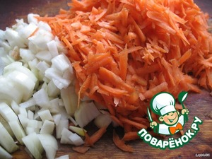 Морковку трем на крупной терке, лук режем не очень мелко
