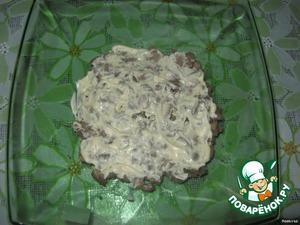 В майонез добавить карри и пропущенный через пресс чеснок. Промазать печёночный слой.