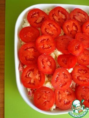 Сверху выложить нарезанные кружочками помидоры, посолить, смазать оливковым маслом. Отправляем в духовку при температуре 180 градусов до золотистой корочки.