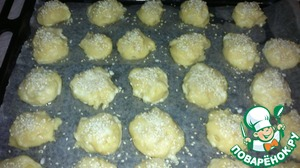 Preheat the oven to 190 degrees. A baking sheet covered with parchment paper. A teaspoon to collect the dough and place on a baking sheet. Between the balls to leave a distance of 4 cm to coat the balls with milk. Sprinkle with optional poppy seeds or sesame seeds.
