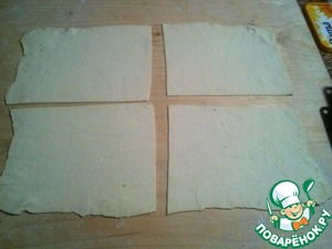 Sheet roll out dough to a thickness of 2-3 mm. Divided into 4 parts.