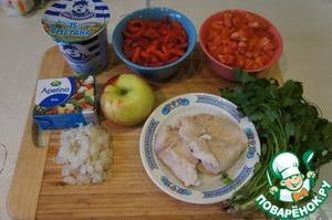 Подготовить продукты. Мясо отварить заранее и охладить. Зелень тщательно вымыть, стряхнуть воду и обсушить.   Курицу, перец и помидор, у которого надо удалить семена, нарезать кубиками. Лук (у меня был лук-шалот, 4 шт.) тонко нашинковать. Смешать помидоры с луком.