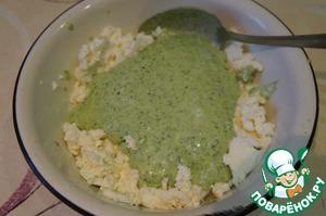 Добавить майонез, оставшуюся сметану и зеленый соус, все перемешать.