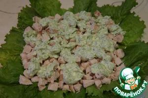 Плоское блюдо выстелить листьями зеленого салата. На салат равномерно выложить мясо, смазать соусом.