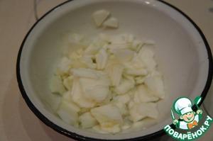 Яблоко очистить и нарезать соломкой или натереть на крупной терке.