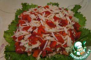 Выложить смесь на помидорно-луковый слой. Сверху залить остатками соуса.