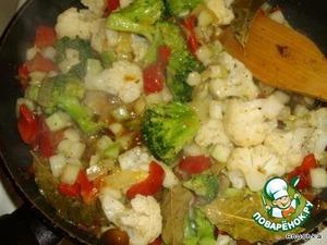 Добавить в сковородку брокколи, цветную капусту, очищенный от кожицы и порезанный кубиками цуккини. Перемешать и обжаривать минут 10.