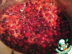 Prepare the topping: fresh cranberries with sugar and water put it in a pan and cook until the sugar is dissolved. Then reduce the heat and boil for another 10 min., remove from heat, cool and place in the refrigerator.