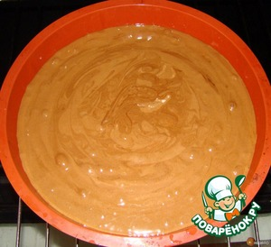 Смешиваем тесто с шоколадом .Выливаем в смазанную сливочным маслом форму И выпекаем 25 минут в духовке разогретой до 180ти градусов