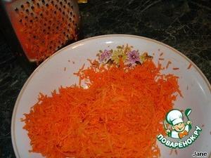 И натереть на мелкой терке морковь.