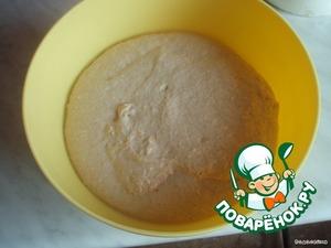 Смазать большую миску растительным маслом, положить тесто в миску, накрыть плёнкой и оставить на 2-3 часа до увеличения.    На фото тесто уже после 3-х часового стояния.
