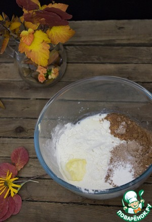 Mix in a bowl: egg, flour, cocoa, softened butter, milk, baking powder, vanilla and salt. Get a fairly thick batter, if needed add a couple tablespoons of milk, the dough is thick, viscous, almost does not spread.
